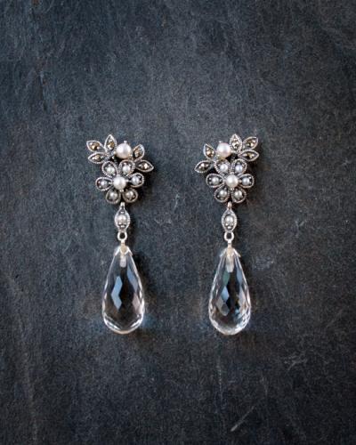 Zilveren oorstekers met parels, marcasiet en bergkristal €250,-