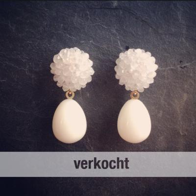 18krt gouden oorhangers met witte onyx en maansteen €520,-
