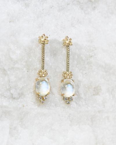 14 krt geel gouden oorstekers met diamant en maansteen